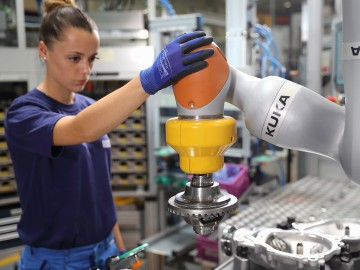 Kuka LBR iiwa assists with the assembly of heavy bevel gears